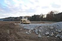 Materiál na val v podobě betonového recyklátu získalo město z odstraněných paneláků v bývalých Jaselských kasárnách. Ušetřilo tím nejméně milion korun.