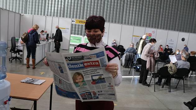 Očkovací centrum Očko na českobudějovickém Výstavišti. Nyní si senioři mohou zkrátit dobu čekání přečtením Deníku Extra, který zde mají k dispozici.