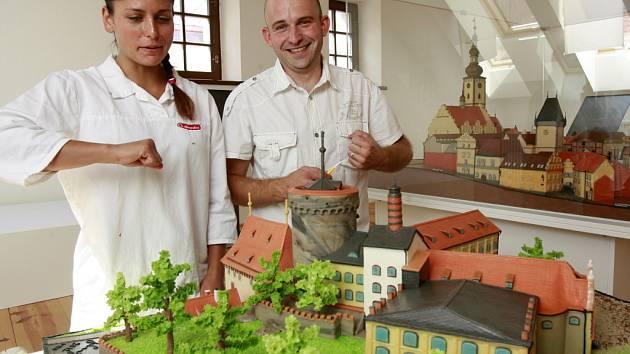 Marcipánový model Tábora, téměř dva metry vysokou čokoládovou fontánu či model putování kakaového bobu z plantáží až do obchodu s čokoládou uvidí návštěvníci v novém Muzeu čokolády a marcipánu v Táboře.