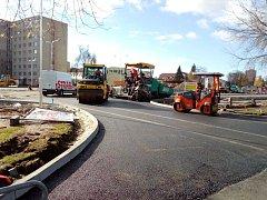 V Jírovcově ulici v Českých Budějovicích vzniká záchytné parkoviště. Na snímku je situace z pondělí 30. října dopoledne. Parkoviště bude také výchozím bodem nové linky MHD.
