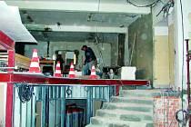 Stavební dělníci upravují prostory, které se stanou chloubou jihočeské policie.