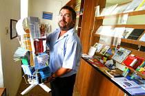 """ednou z malých pošt, které mají být přeměněny na motorizované doručování, je i poštovní úřad v Olešnici u Borovan. Pošta sídlí v obecním zámečku. """"Já ještě oficiálně nic nevím,"""" říká olešnický poštovní zaměstnanec Radek Benedikt."""