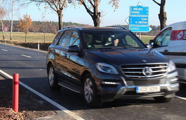 Rychlostní omezení na silnici zČešnovic do Němčic. Foto uodbočky na Tupesy ve směru na České Budějovice.