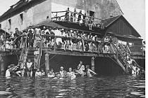 Slavná plovárna v Malém mlýnu sloužila Budějčákům do roku 1929, kdy vyhořela.