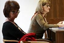 Ivana Johnová, bývalá mluvčí Alšovy jihočeské galerie (na snímku vlevo), vyhrála v pondělí soudní při, v níž galerii zažalovala kvůli tomu, že ji propustila pro nadbytečnost a vzápětí na její místo přijala novou pracovnici.