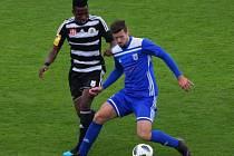 Soběslavský Filip Vaněk (v modrém) si kryje míč před prvoligovým pendlem v dresu béčka Dynama Ubongem Ekpaiem.