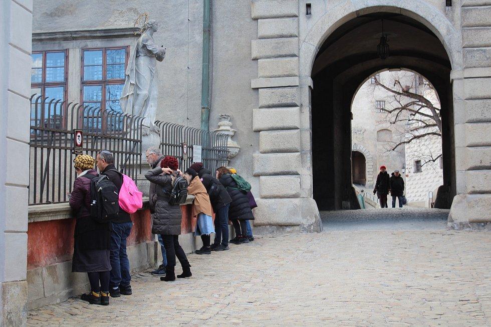 Na začátku března 2020 se o davech turistů na zámku Český Krumlov.mluvit nedá.