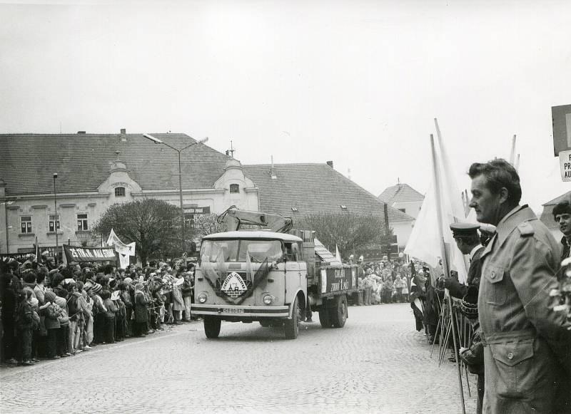 1. máj 1986. Alegorický vůz Jihočeských cihláren projíždí před tribunou na náměstí.