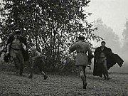 Ruští vojáci honí chlapce Olina.