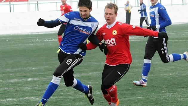 Karel Sláma v zápase juniorky Dynama s Pískem (0:1) bojuje s píseckým Malým.