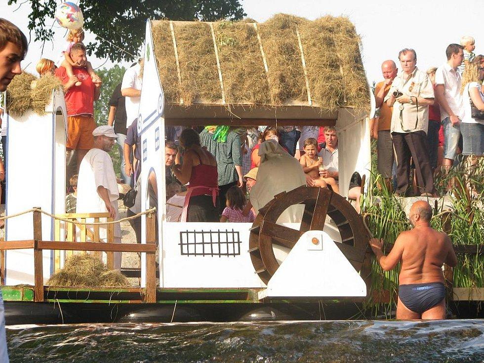 Stovky diváků, krásně teplý a slunečný letní den, stánky s občerstvením a v neposlední kuriózní plavidla na řeče Malši. To je tradiční Benátská noc v Plavě, která se konala právě uplynulou sobotu.
