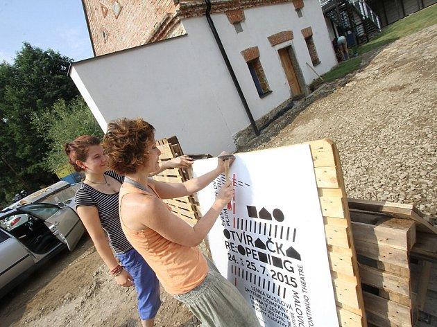 Divadlo Continuo otevřelo po roční přestavbě své sídlo vMalovicích na Prachaticku. Vzniklo kulturní a pedagogické centrum. Na snímku z24. července herečka Kateřina Šobáňová přitlouká plakát na festival Otvíračka.