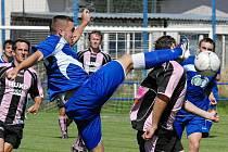 V divizním derby se fotbalisté Třeboně a Strakonic nešetřili: třeboňský Peterek si vyšlápl na strakonického Holana.