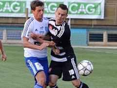 Lukáš Motal ještě ve znojemském dresu v zápase s Dynamem bojuje s Jakubem Peškem.