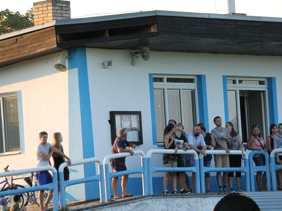 Na tribuně zbyla po utkání díra... Dolní Bukovsko (bílé dresy) porazilo o pouti na svém hřišti Ratibořské Hory 1:0.