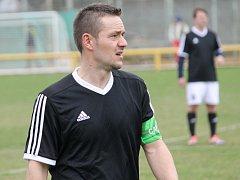 Zkušený Daniel Hostek v době, kdy kapitánoval a zároveň byl asistentem trenéra. Jeho dny na Lokomotivě jsou nejspíš sečteny, trénuje s Dobrou Vodou a kluby jednají o přestupu.