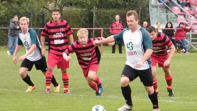 Rudolfov B (v bílých dresech) v Mladém odvrátil první porážku v sezoně.