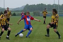 V minulé sezoně Srubec (ve žlutém) bojoval o postup s Borovany, v tomto ročníku OP se nejvážnějším soupeřem Srubce stal nováček z Dolního Bukovska.