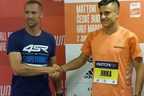 Nejlepšímu českému běžci Jiřímu Homoláčovi (vpravo) předával startovní číslo motocyklový závodník Jakub Smrž, který také na startu půlmaratonu nebude chybět.