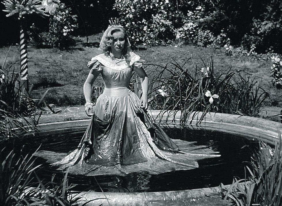 Pyšná princezna. Koupel princezny se natáčela na Hluboké. Kašna se dodnes nachází v dolní zahradě zámku.