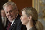 Prezident Miloš Zeman v úterý jmenoval nového rektora Jihočeské univerzity Tomáše Machulu. Na snímku vpravo ministryně školství Kateřina Valachová.