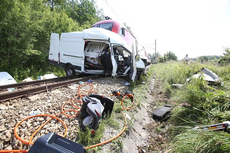 Na železničním přejezdu nedal řidič dodávky přednost projíždějícímu vlaku. Ten ho srazil a dodávku před sebou tlačil po kolejích dalších 500 metrů.