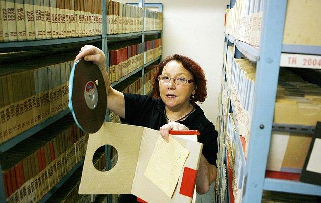 Katarína Křepelková v archivu českobudějovického rozhlasu.