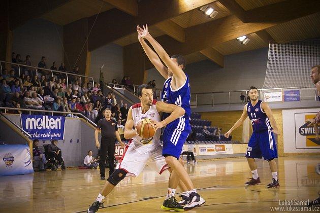 SOUBOJ. Přelstít ostravského soupeře se při prvním letošním utkání doma snaží Martin Novák (vlevo).