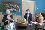 Ministr zdravotnictví Adam Vojtěch při setkání na Krajské hygienické stanici v Českých Budějovicích.