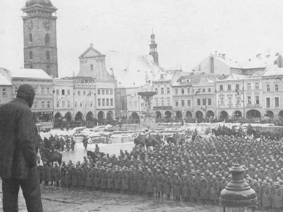 Německá armáda obsadila 15. března 1939 českobudějovické náměstí. Dobový snímek dokládá, že stejně jako včera zasypal sníh jihočeskou metropoli i před 77 lety.