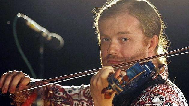 Houslový virtuos Pavel Šporcl zahraje zítra od 19 hodin v budějovickém Metropolu s cikánskou cimbálovkou. Muzikanti ze Slovenska z něj dokonce udělali svého primáše. Během koncertu zazní díla Chačaturjana, Brahmse i tradiční romské lidovky.