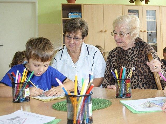 Mezi dětmi je nejlépe, říká ředitelka Lada Seimlová. A Ludmila Landová, která školku vedla kdysi, souhlasí.