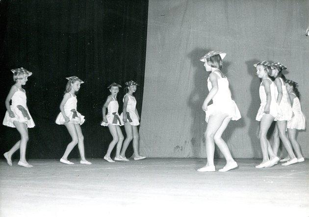 Snímek zachycuje kurz rytmiky, který se v budově vltavotýnské sokolovny konal v 60. letech 20. století. Tento i další snímky, které dokumentují historii stavby už od položení základního kamene, najdete v Českobudějovickém deníku v pátek 16. února.