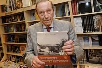 Literární ocenění Číše Petra Voka převezme 3. května táborský spisovatel Přemysl Veverka, který se věnuje především literatuře faktu.