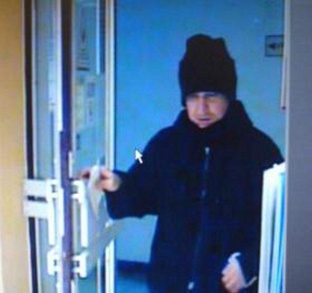 Tento muž přepadl v úterý dopoledne banku v Trhových Svinech.