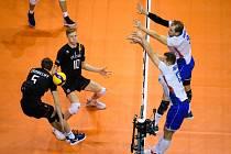 Český volejbalový reprezentant Radek Mach blokuje belgické útočníky.