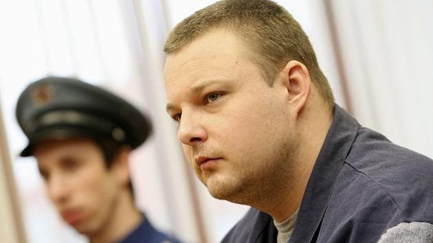 Obžalovaný Michal Semlička stanul 4. března před Krajským soudem v Českých Budějovicích. Semlička podle obžaloby naplánoval a pokusil se realizovat krádež 60 miliónů korun z vozu bezpečnostní služby, když na silnici u Ševětína nastražil pásy s hřeby.