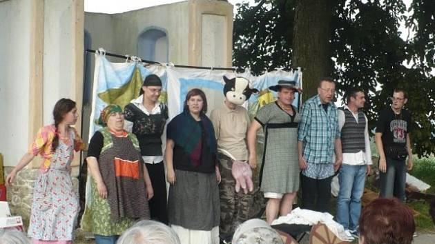 """Vystoupení divadla Chad u částečně obnovené """"Šrámkovky"""" v Čížkajicích."""