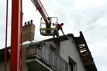 Opravy dvoupatrové bytovky, kterou poničil víkendový požár, začaly ve středu ve Střížově.