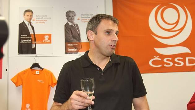 Ve volebním štábu ČSSD měl největší radost hejtman Jiří Zimola (na snímku).