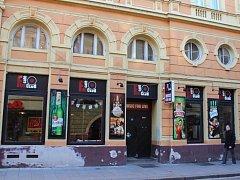 Hudební klub Fine v budějovické ulici Karla IV. se stal dějištěm novoročního znásilnění. Pachatelem je cizinec.