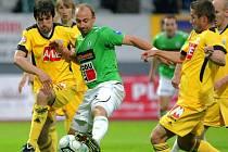 Přes rok čekal Michal Rakovan na svůj druhý start ve fotbalové Gambrinus lize: na snímku z utkání posledního kola I. ligy v Jablonci je vpravo v souboji s jabloneckým Pavlem Drskem.