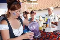 Ke zdaru Borůvkobraní přiložili ruku mnozí obyvatelé Borovan. Zdejší knihovnice Magdalena Hluštíková nalévala zájemcům borůvkový koktejl.