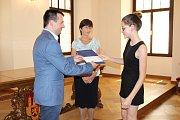 Na radnici dnes ocenil žáky náměstek primátora pro školství.