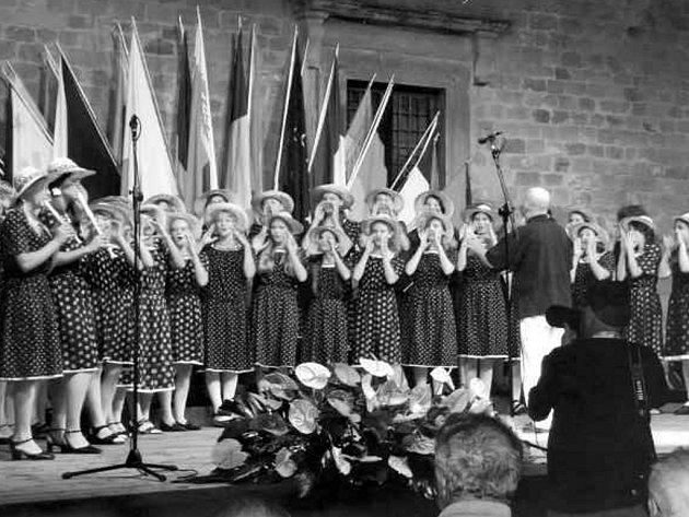 Letos si DPS Jitřenka přivezla zlatou medaili z belgického Neerpeltu a čtvrté místo ze španělského Cantonigros. Na koncertu nelze Jitřenku nepoznat, zpěvačky tradičně vystupují v modrotiskových šatech.