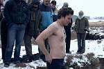 Uvítací rituál  znamená pro nově příchozího jediné: ponořit se do ledové vody. Drsný vstup do komunity našel inspiraci v realitě.