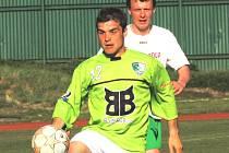 Záložník Radim Pouzar odešel z třetiligové rezervy SK Dynamo Č. Budějovice do Roudného. Na snímku při utkání v Č. Krumlově, odkud se Roudenští vraceli s prázdnou.