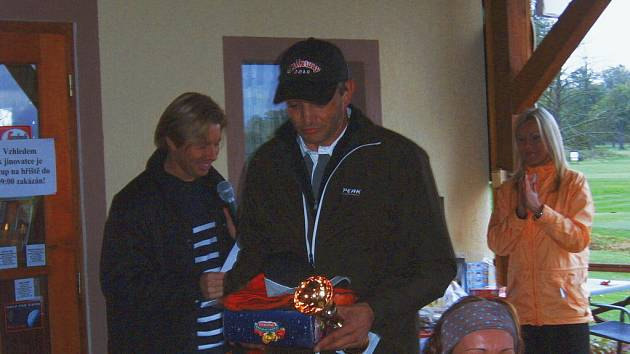 V kategorii HCP 37–54 vyhrál Egger (na snímku s manažerem Loužkem).