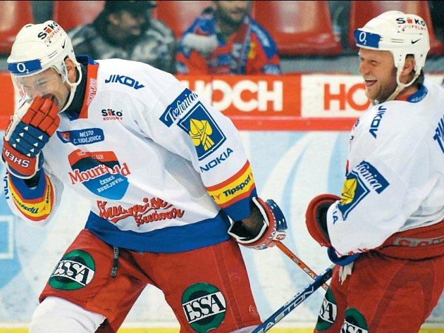 Hokejisté se při exhibici bavili náramně, což potvrzují rozzářené tváře Marka Posmyka (vlevo) a Milana Tomana.