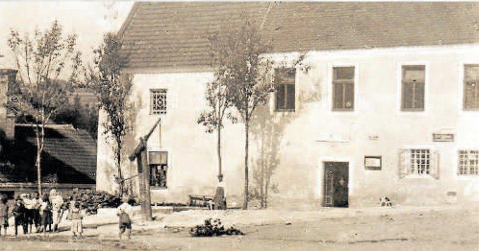 Radnice a pivovar (1922). Obecní dům sloužil i jako zázemí pro pivovar v těsném sousedství.